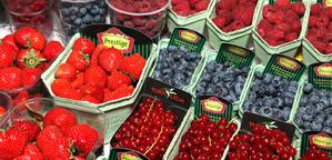 Фрукты и ягоды на рижском рынке